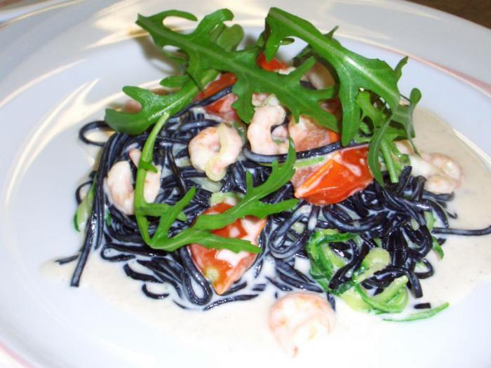 Schwarze Tagliolini mit Garnelen, Zucchini und Rucola